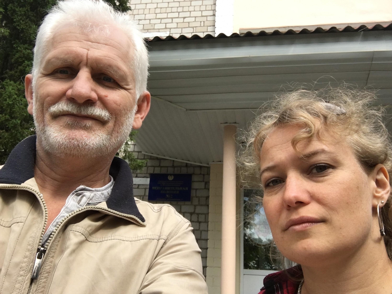 Саша Кулаева и Алесь Беляцкий перед колонией в Бобруйск, где он отбывал наказание