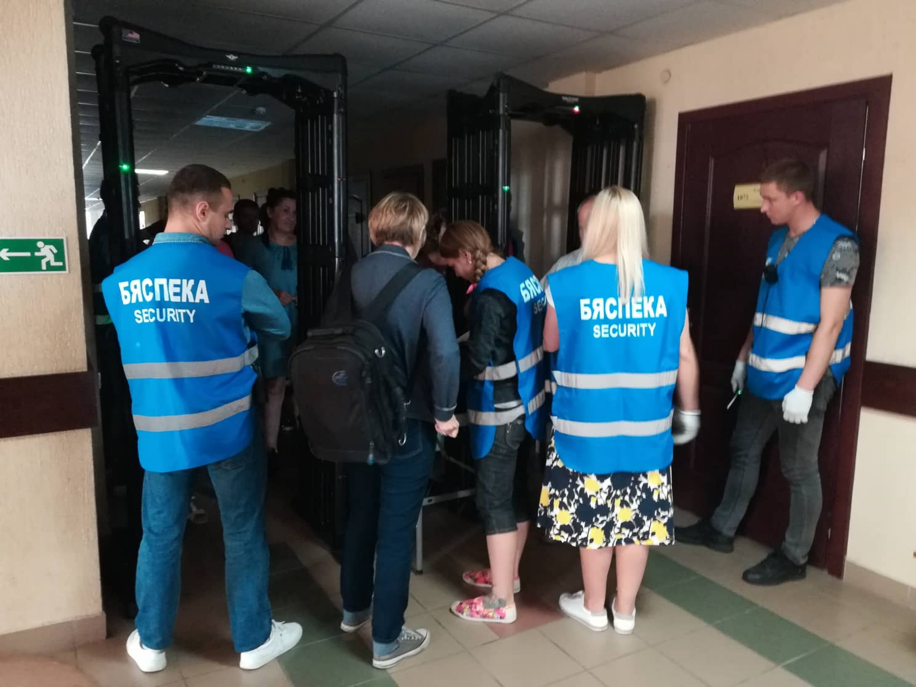 Court building security check during the trial of Henadz Fiadynich and Ihar Komlik. August 15, 2018. Photo: Viasna