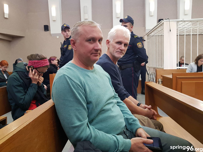 Праваабаронцы Павел Сапелка і Алесь Бяляцкі з судзе