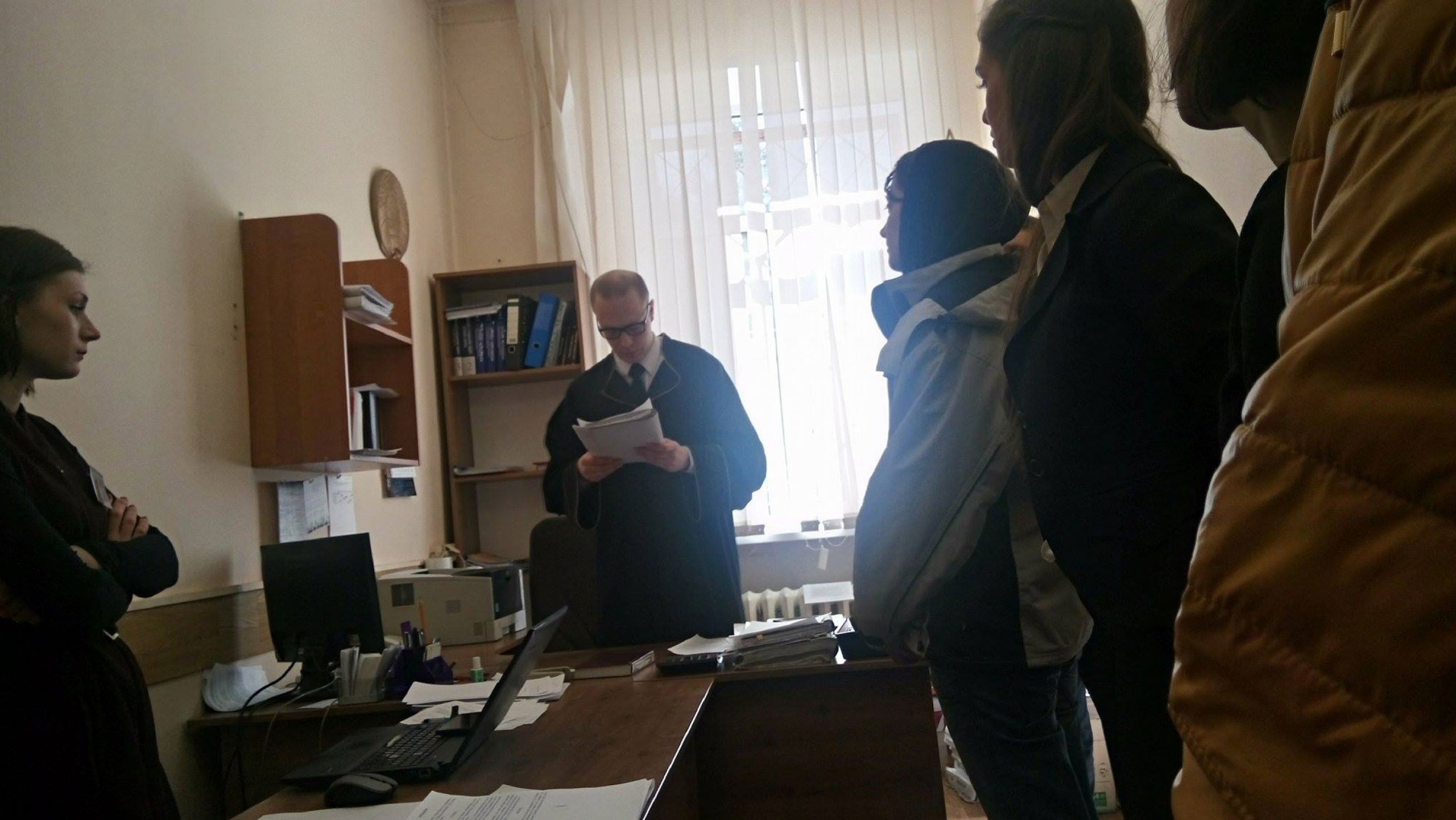 Judge Dzmitry Zhdanok announces a 15-day arrest order for journalist Maryna Kastylianchanka. Minsk, 27 March 2017