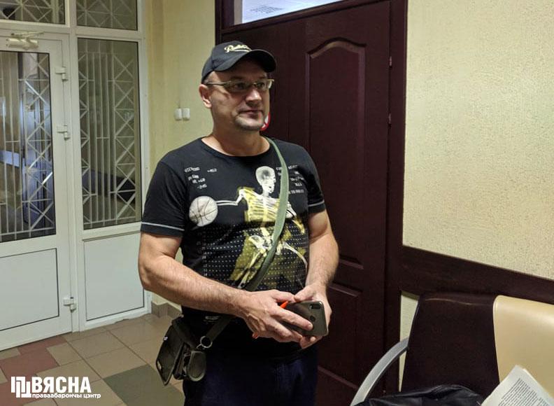 """Дзмітрый Серада ў судзе. Фота: ПЦ """"Вясна""""."""