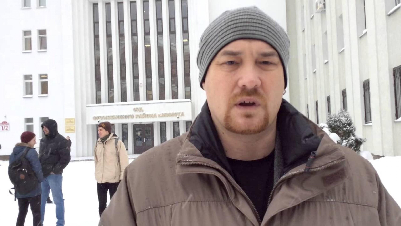 Валянцін Стэфановіч каля будынку суда Фрунзенскага раёна Мінска