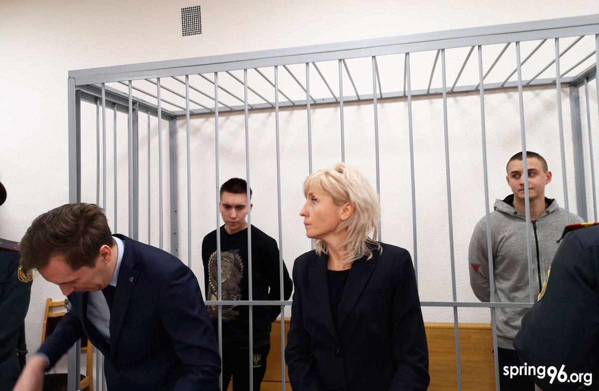 Іван Комар і Мікіта Емельянаў у судзе.