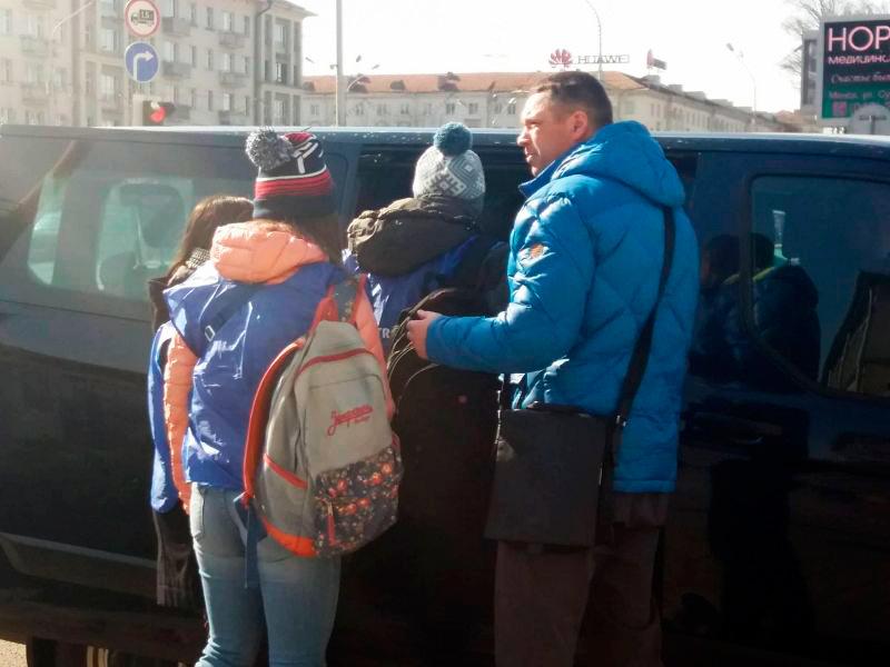 Алексей Тарасов задерживает наблюдателей. Фото Екатерины Бахваловой, Белсат