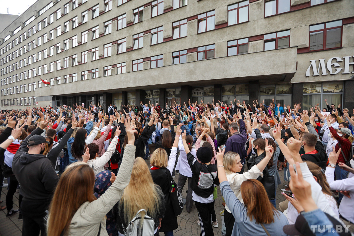 Teachers protesting outside the Ministry of Education in Minsk. The protests was prompted by Aliaksandr Lukashenka's threat to expel disloyal educators from schools. August 25, 2020. Photo: tut.by