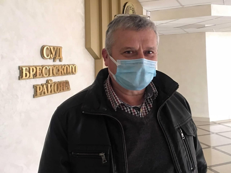 Уладзімір Вялічкін каля суду Берасцейскага раёна.