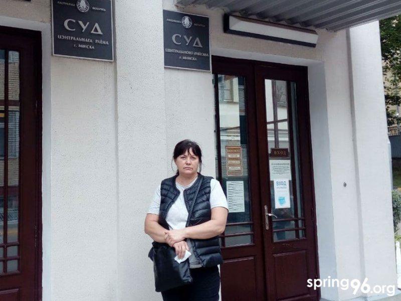 Ирина Сташкевич возле суда. Фото spring96.org