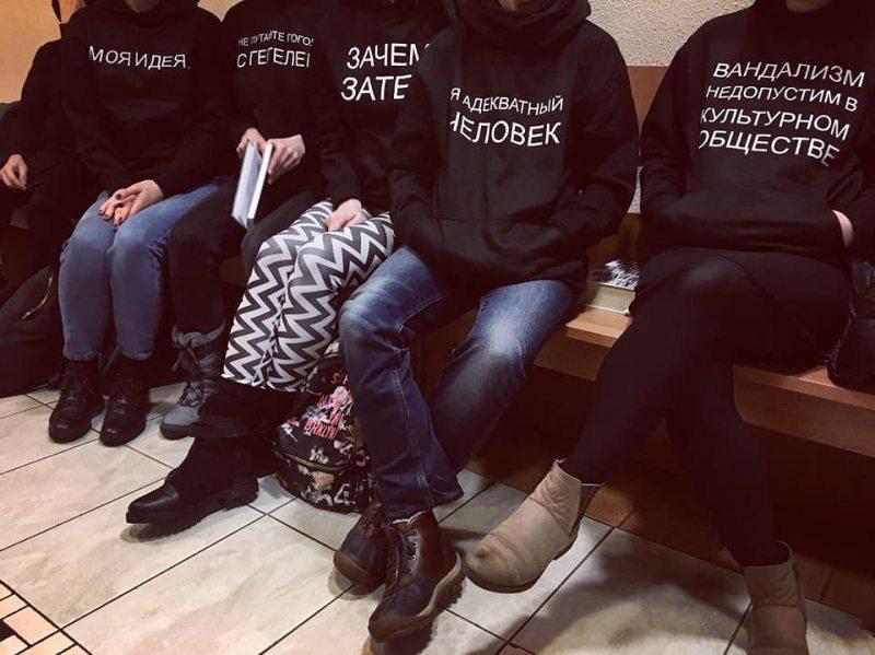 В ожидании суда над студентом театральной лаборатории #Fortinbras за видео «МВД-ЛГБТ». Фото со страницы facebook.com/belarusfreetheatre