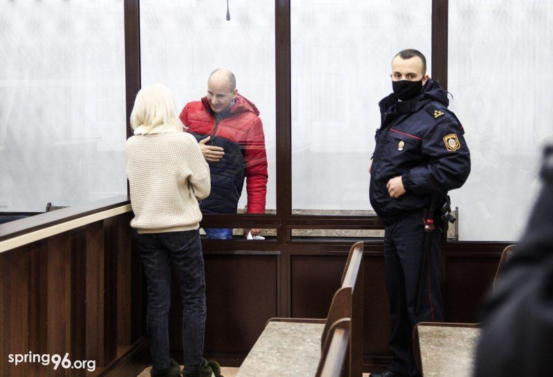 Политзаключенный Владимир Неронский в суде разговаривает со своей женой. Фото: spring96.org