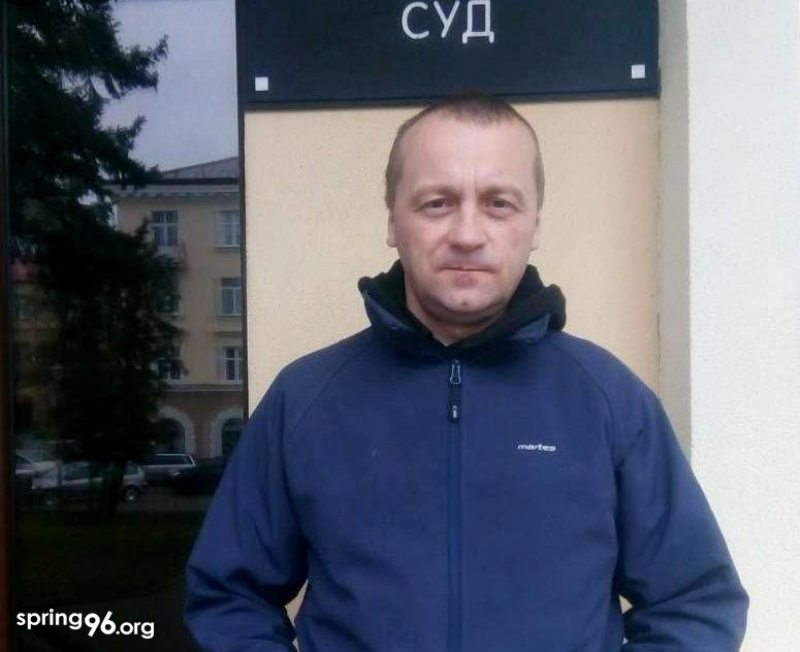 Human rights activist Aliaksandr Vaitseshyk outside the court building in Baranavičy. April 16, 2020