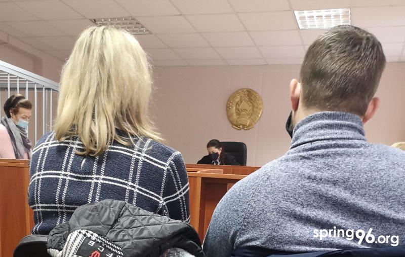 Алена Гесс і яе муж падчас судовага пасяджэння