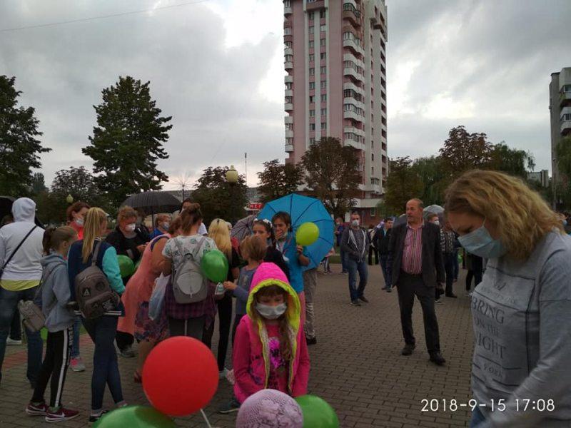 Флэш-моб 15 верасня ў Светлагорску. Фота Алены Маслюковай.