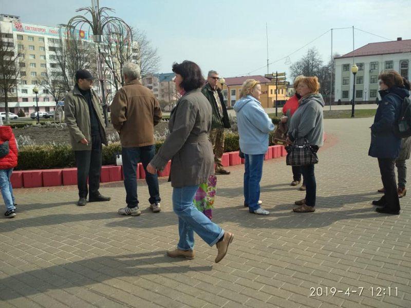 Светлагорскія актывісты на цэнтральнай плошчы горада.