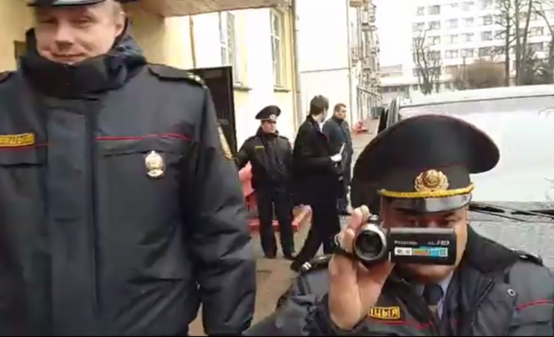 Супрацоўнікі міліцыі каля офіса Белсата 31 сакавіка. Фота: Белсат