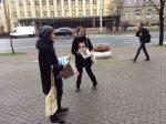"""Информационная акция активистов кампании """"Правозащитники против смертной казни"""" в Минске 10 октября 2016 года"""