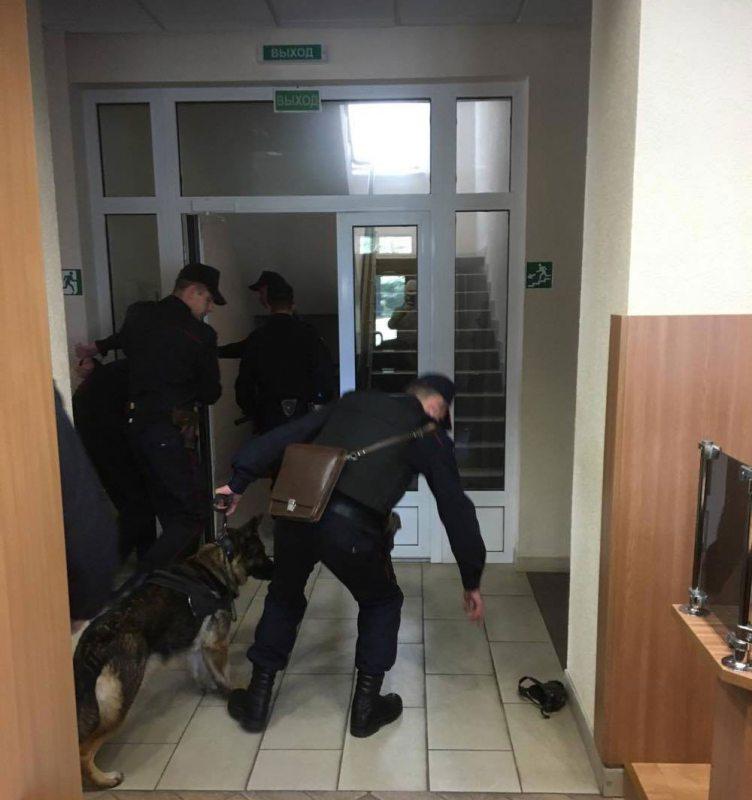 Канвой выводзіць Сяргея Вострыкава з суда пасля паседжання. Фота Алеся Бяляцкага