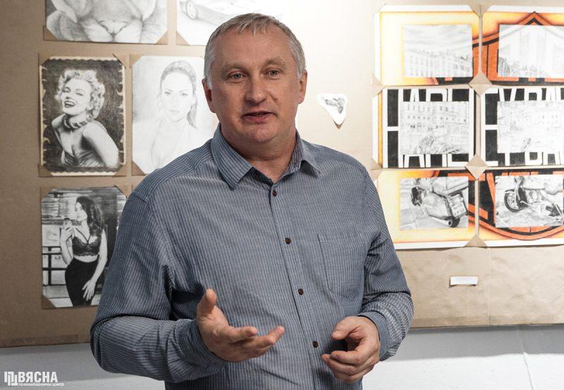 праваабаронца Павел Сапелка падчас выставы. Фота: ПЦ