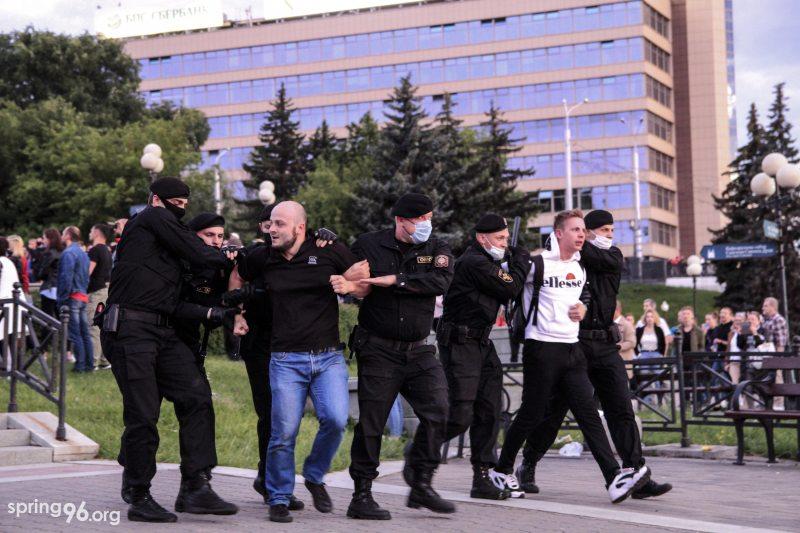 Задержание 14 июля на Немиге Антона Лакишика в белой кофте. Фото: spring96.org