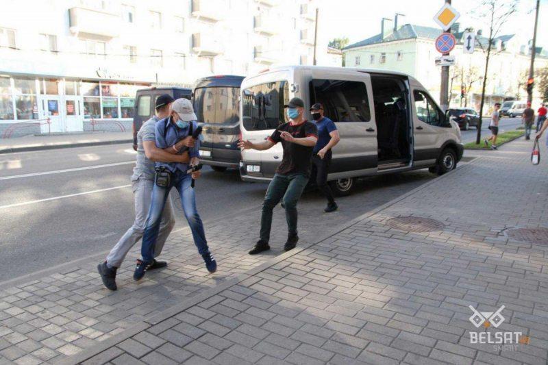 Journalist Ales Sabaleuski detained by men in plain clothes in Mahilioŭ. Photo: belsat.eu