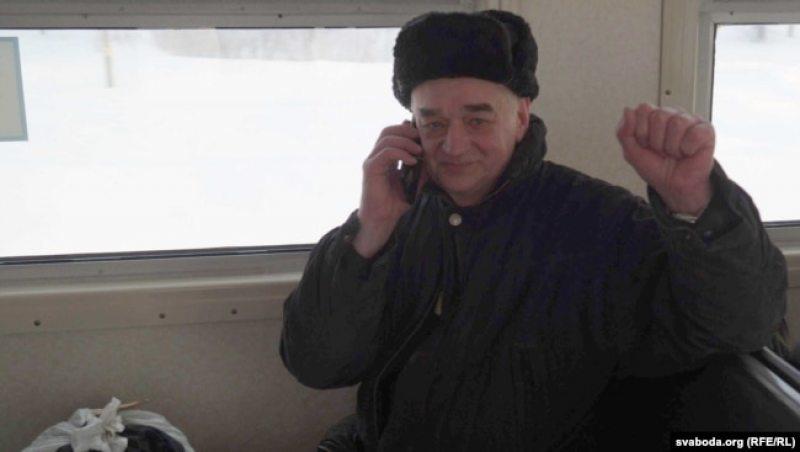 Михаил Жемчужный в поезде едет из колонии домой. Фото: