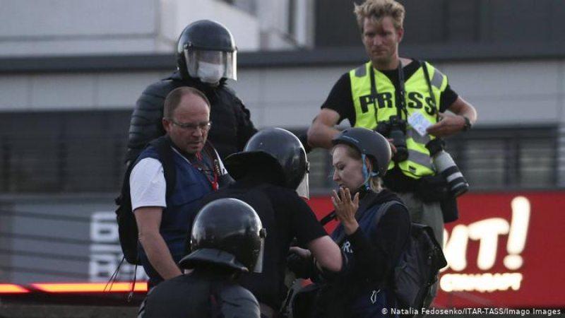 Белорусские силовики проверяют журналистов во время протестной акции. Фото: Наталья Федосенко