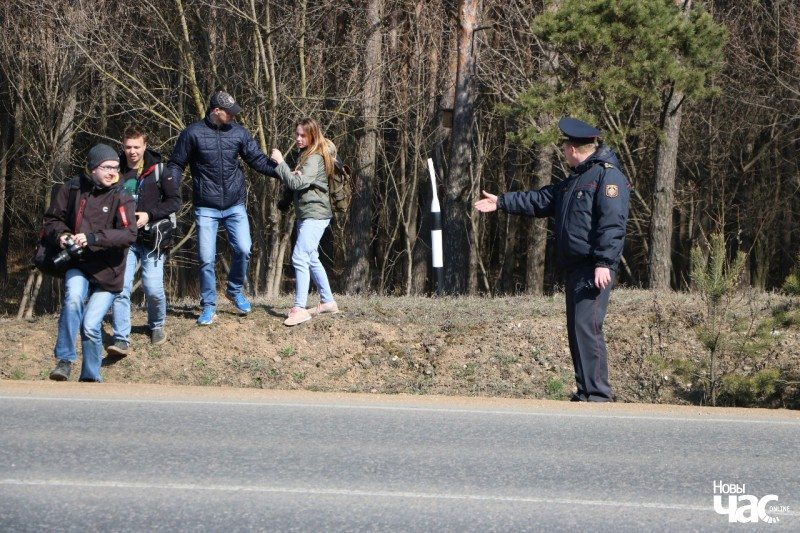 Plainclothes police officer prevents journalists from covering a protest in Kurapaty forest. March 5, 2019. Photo: Novy Chas